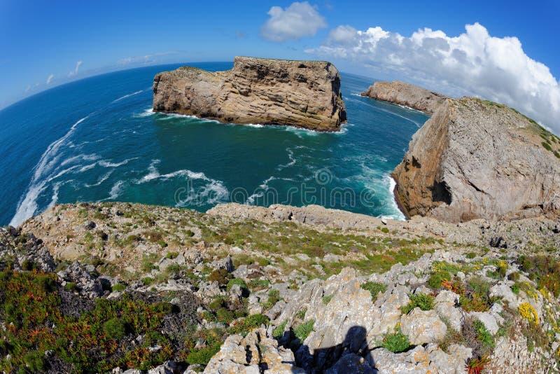 Rocas escénicas en el océano cerca de Cabo de Sao Vicente Cape en el Algarve, Portugal foto de archivo libre de regalías