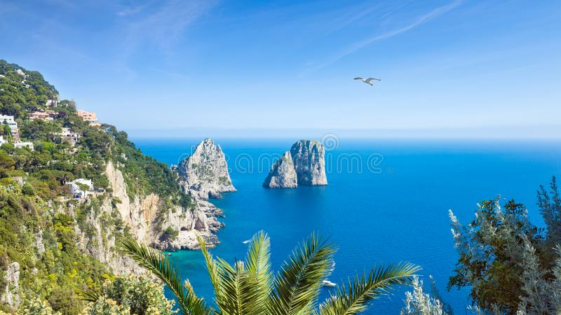Rocas famosas de Faraglioni cerca de la isla de Capri, Italia fotografía de archivo