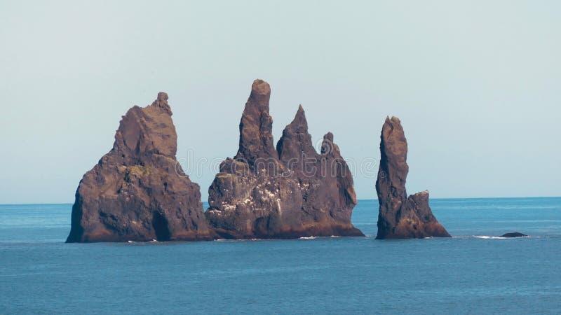 Rocas grandes de Reynisdrangar cerca por VÃk imágenes de archivo libres de regalías