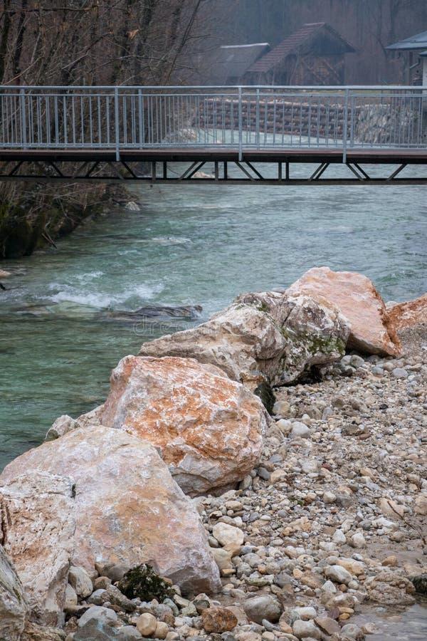 Rocas grandes delante del puente fotos de archivo libres de regalías