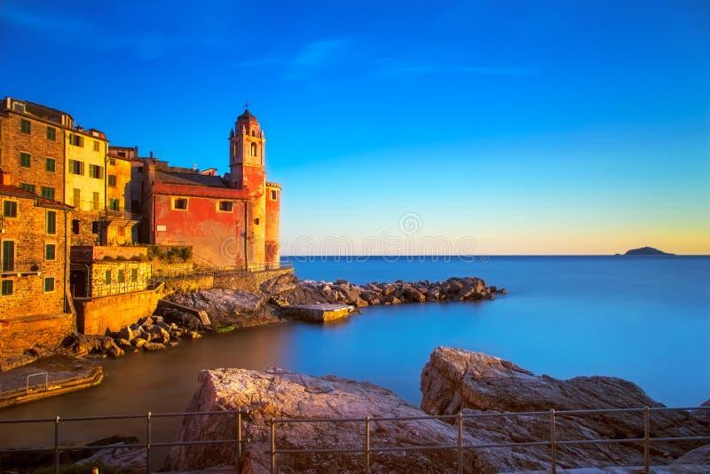 Rocas, iglesia y pueblo de Tellaro en puesta del sol Terre de Cinque, Ligur imágenes de archivo libres de regalías