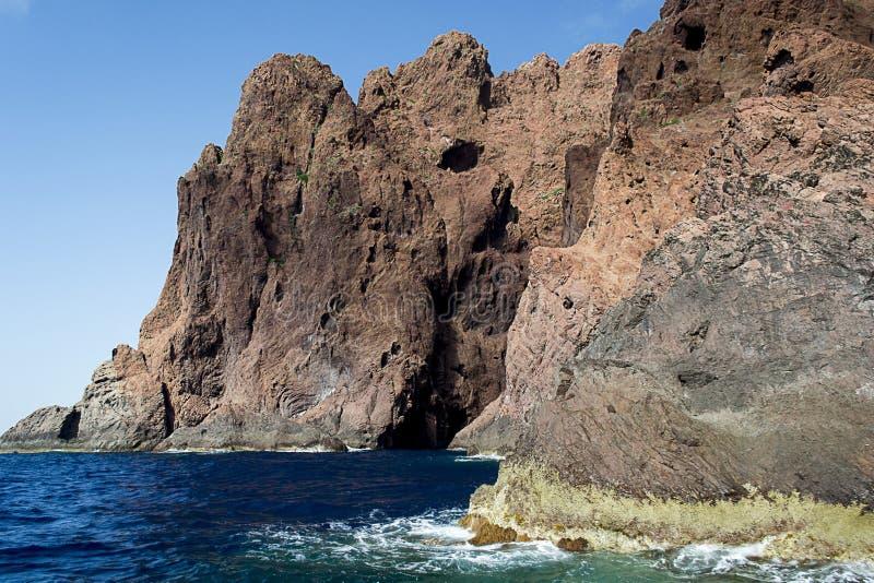 Rocas imponentes que suben del mar imagen de archivo
