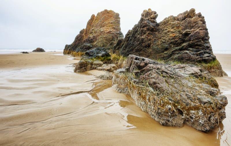 Rocas intermareales en la costa de Oregon foto de archivo libre de regalías