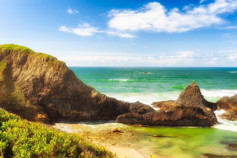 Rocas intermareales en la playa de la roca del sello foto de archivo