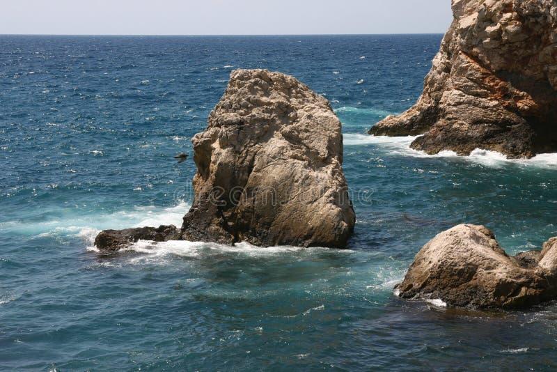 Rocas majestuosas en el mar foto de archivo
