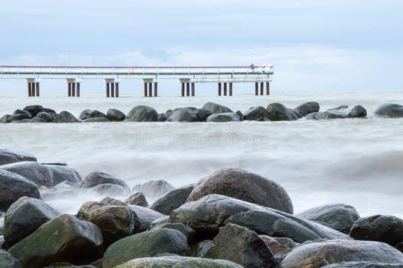 Rocas, mar y embarcadero. foto de archivo