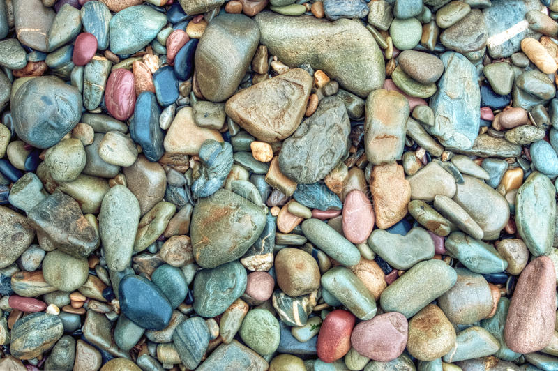 Rocas mojadas en la playa foto de archivo libre de regalías