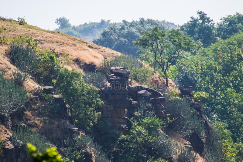 Rocas o cantos rodados de equilibrio Mandu Mandav Madhya Pradesh fotos de archivo