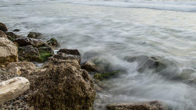 Rocas por el mar fotografía de archivo libre de regalías