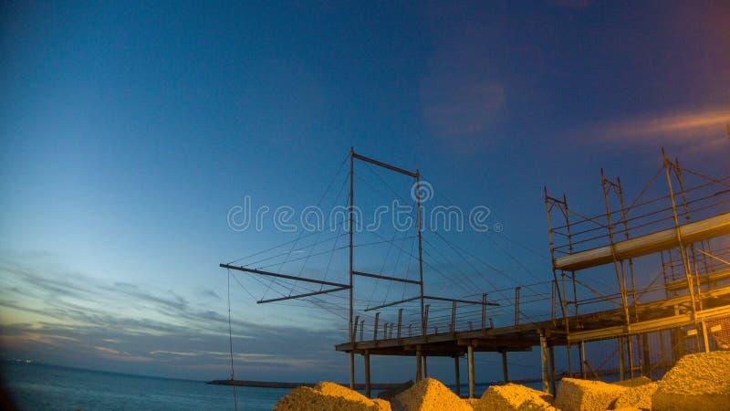Rocas, puesta del sol, trabocco en el puerto de Pescara imagen de archivo libre de regalías