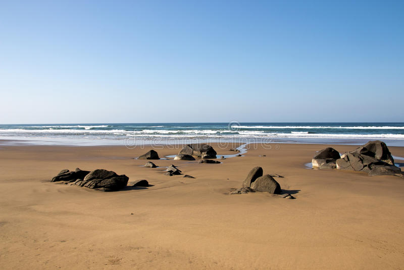 Download Rocas Que Resaltan De Sandy Beach Durante La Bajamar Foto de archivo - Imagen de rocas, cielo: 41914632