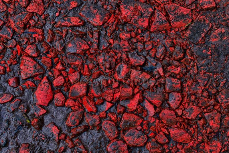 Rocas rojas con fango y agua sucia fotografía de archivo