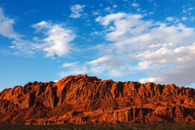 Rocas rojas del desierto de Mojave en el valle del parque de estado del fuego fotos de archivo