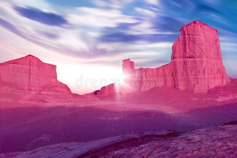 Rocas rosadas en el desierto contra un cielo azul hermoso con las nubes Concepto extranjero del planeta Desierto iraní imagenes de archivo