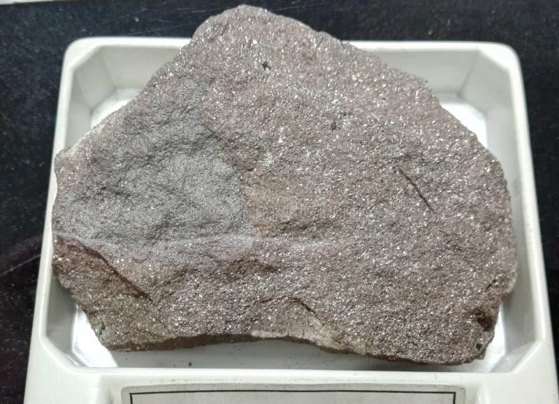 Rocas sedimentarias de la arenisca de color oscuro fotografía de archivo