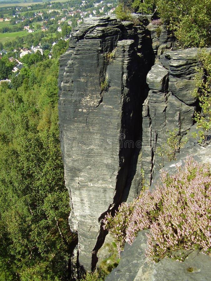 Rocas sobre el bosque imagenes de archivo