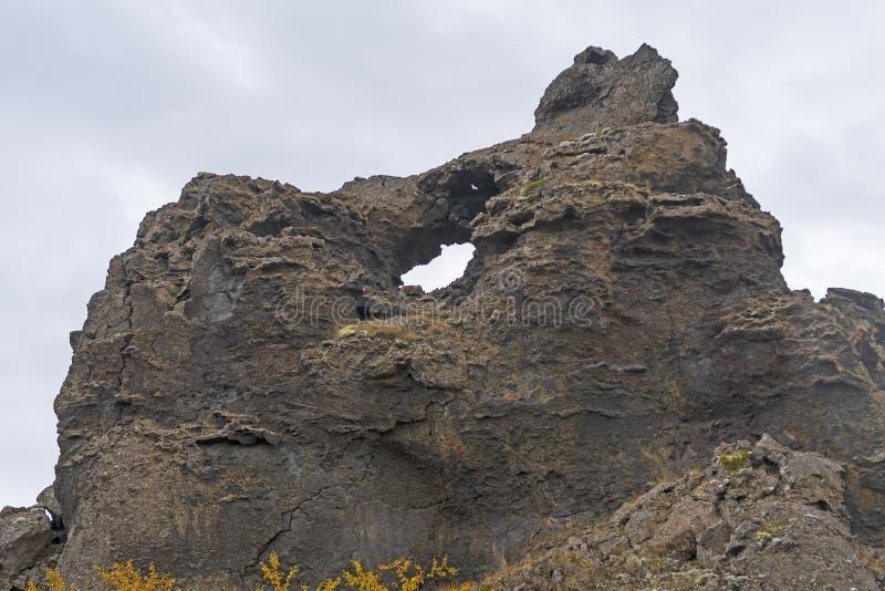 Rocas volcánicas dramáticas que proyectan fuera de la tierra imagenes de archivo
