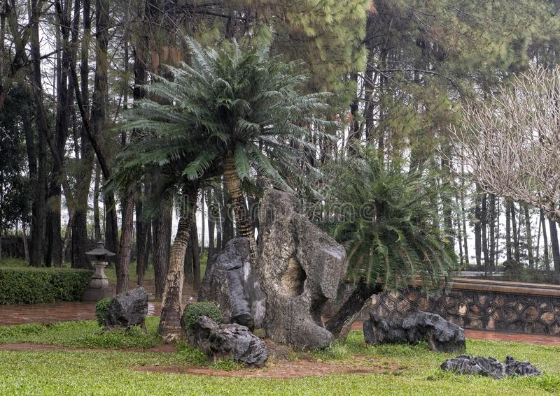 Rocas y árboles del arreglo en la parte posterior de los argumentos del monasterio en la pagoda en tonalidad, Vietnam de Thien MU fotos de archivo libres de regalías