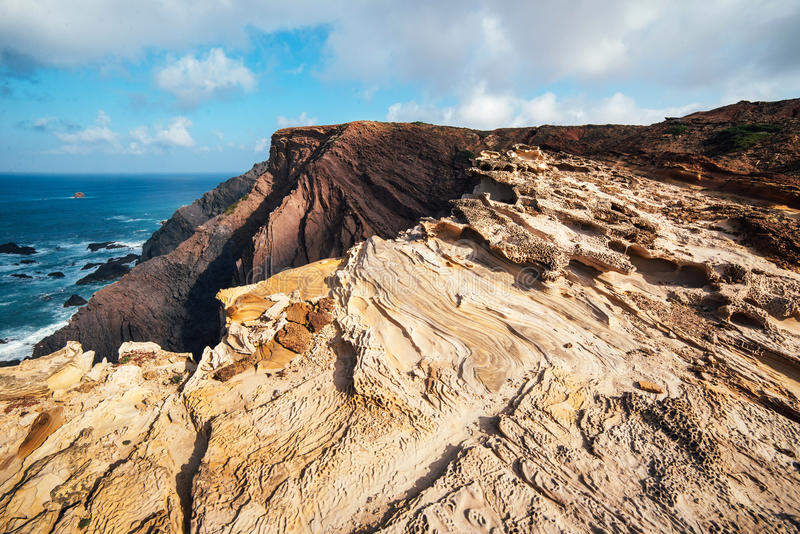 Rocas y acantilados a lo largo de la costa de Lagos, Algarve, Portugal imágenes de archivo libres de regalías