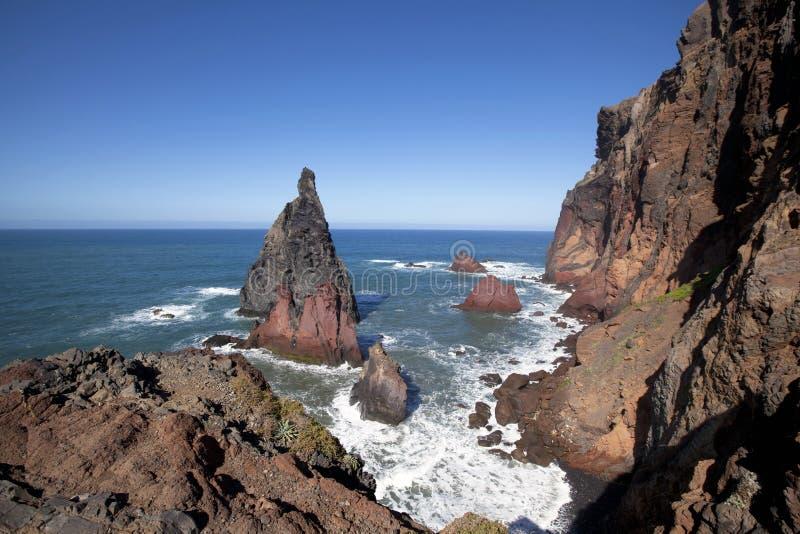 Rocas y acantilados y vista al mar en Ponta de Sao Lourenco foto de archivo