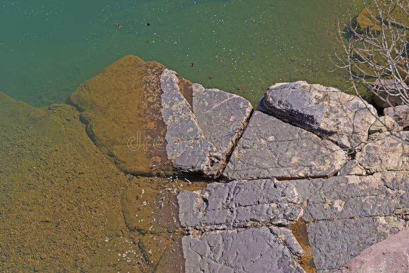 Rocas y agua coloridas en el Sun fotos de archivo