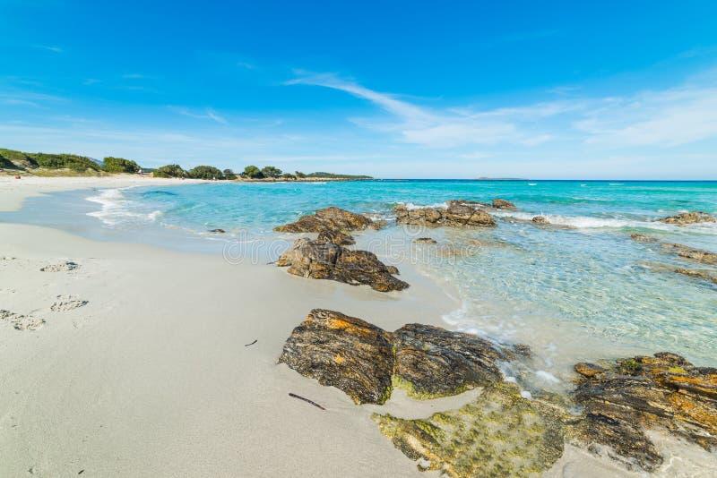 Rocas y arena en la playa de Rena Bianca imagenes de archivo