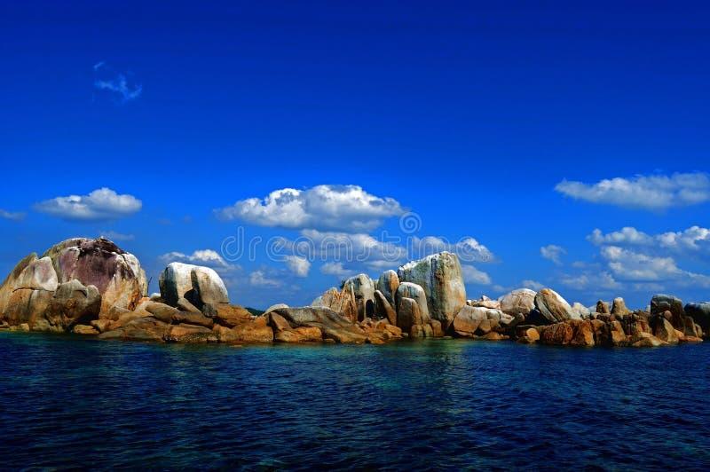 Rocas y cielo azul imagenes de archivo