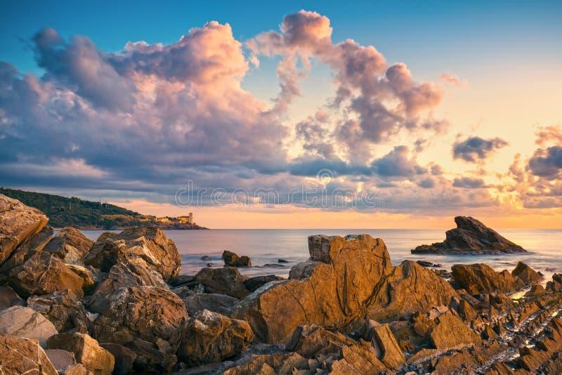 Rocas y edificios en el mar en la puesta del sol Rivie de Livorno, Toscana fotos de archivo