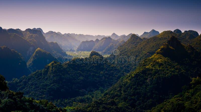 Rocas y montañas de Cat Ba Island en Vietnam Paisaje panorámico Vietnam foto de archivo