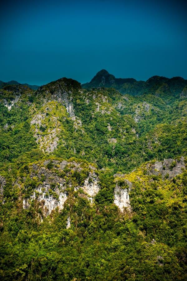 Rocas y montañas de Cat Ba Island en Vietnam Paisaje panorámico Vietnam fotografía de archivo
