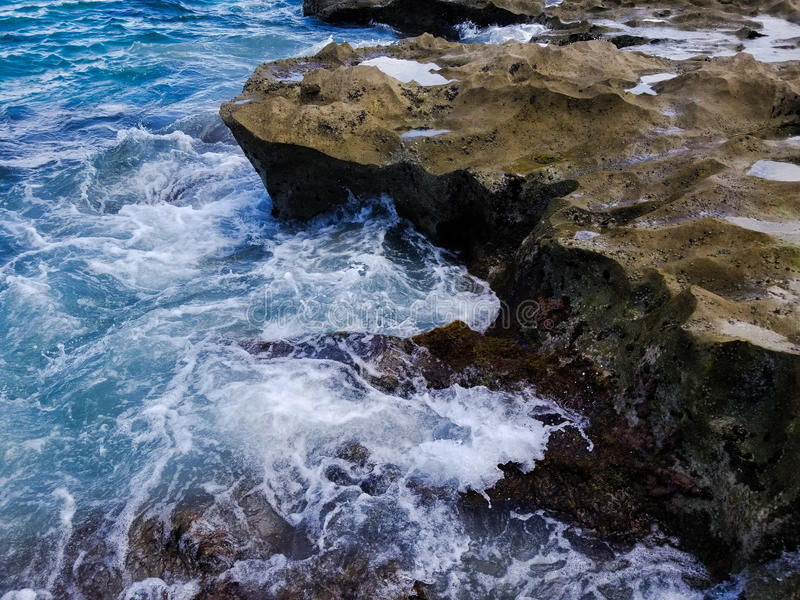 Rocas y ondas imagenes de archivo