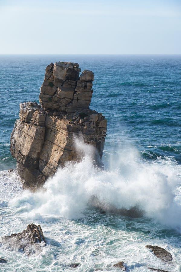 Rocas y ondas de la resaca en el océano cerca de Cabo Carvoeiro, Penich imagen de archivo