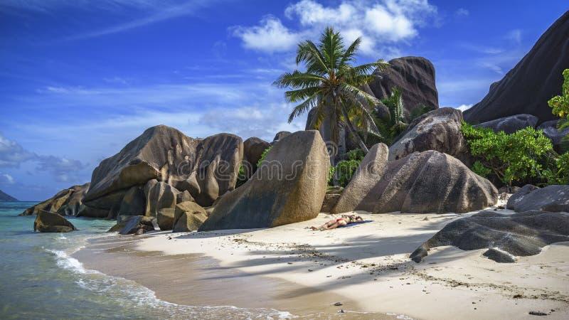 Rocas y palmeras del granito en el ` 4 argent de la fuente d del anse fotos de archivo