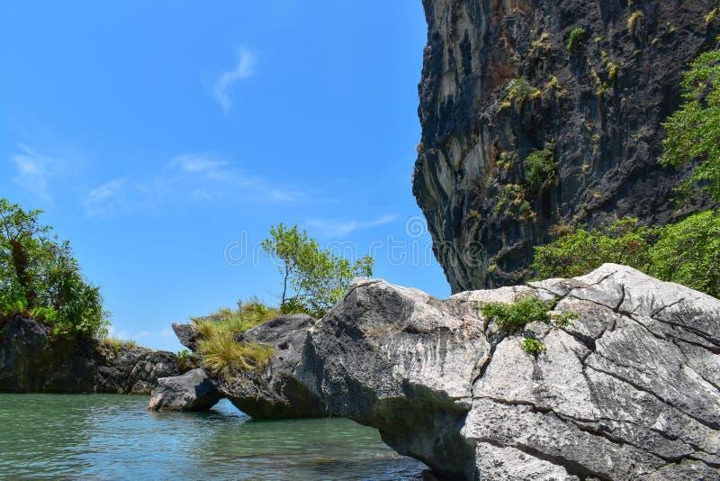 Rocas y para?so cristal del agua fotografía de archivo