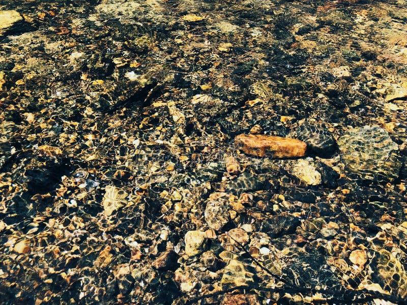 Rocas y piedras dentro de agua dulce claro fotografía de archivo libre de regalías