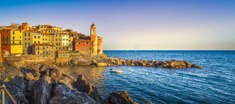 Rocas y pueblo de Tellaro en el mar Terre de Cinque, Ligury Italia foto de archivo libre de regalías