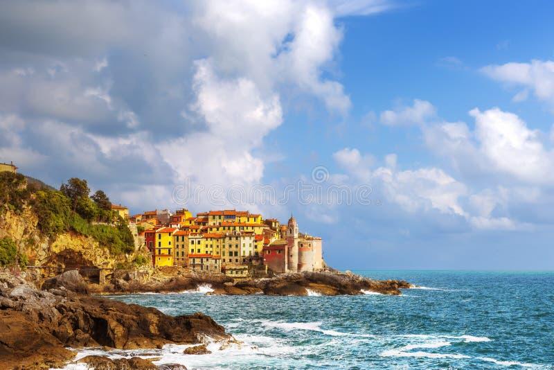 Rocas y pueblo de Tellaro en el mar Terre de Cinque, Ligury Italia imagen de archivo