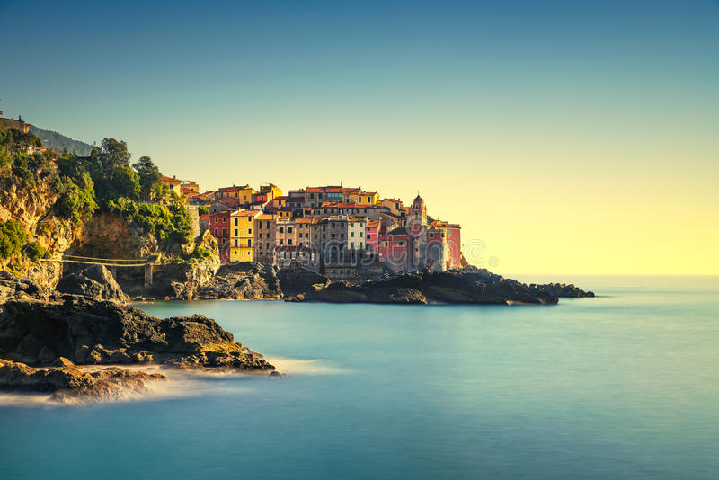 Rocas y pueblo de Tellaro en el mar Terre de Cinque, Ligury Italia fotos de archivo libres de regalías