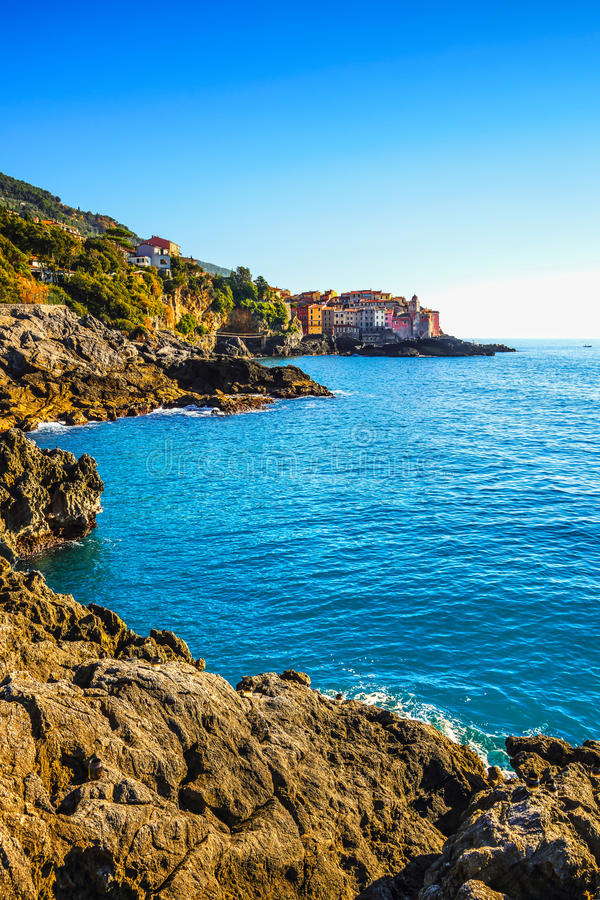 Rocas y pueblo de Tellaro en el mar Terre de Cinque, Ligury Italia fotos de archivo