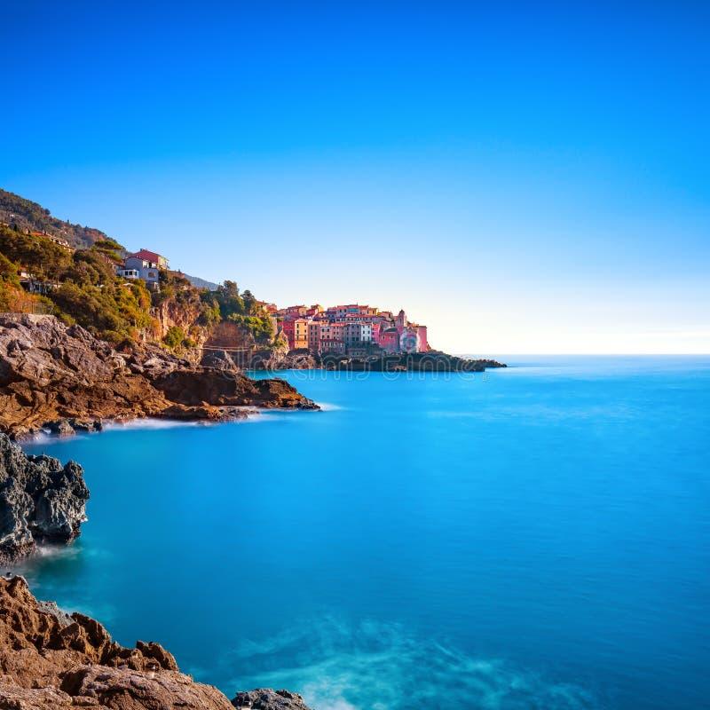 Rocas y pueblo de Tellaro en el mar Terre de Cinque, Ligury Italia imágenes de archivo libres de regalías