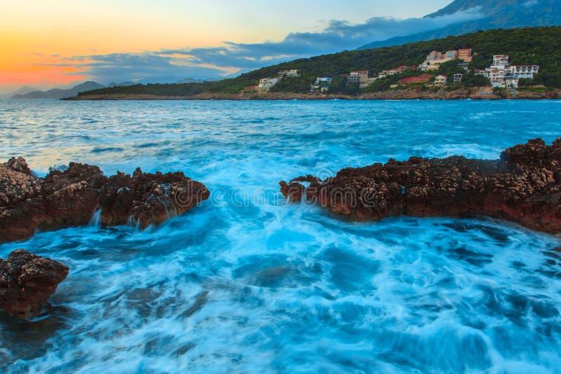 Rocas y su reflexión en el mar en la salida del sol foto de archivo libre de regalías