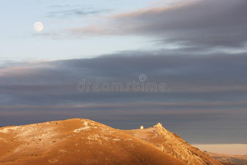 Rocca卡拉肖堡垒在晚上,意大利 免版税库存图片