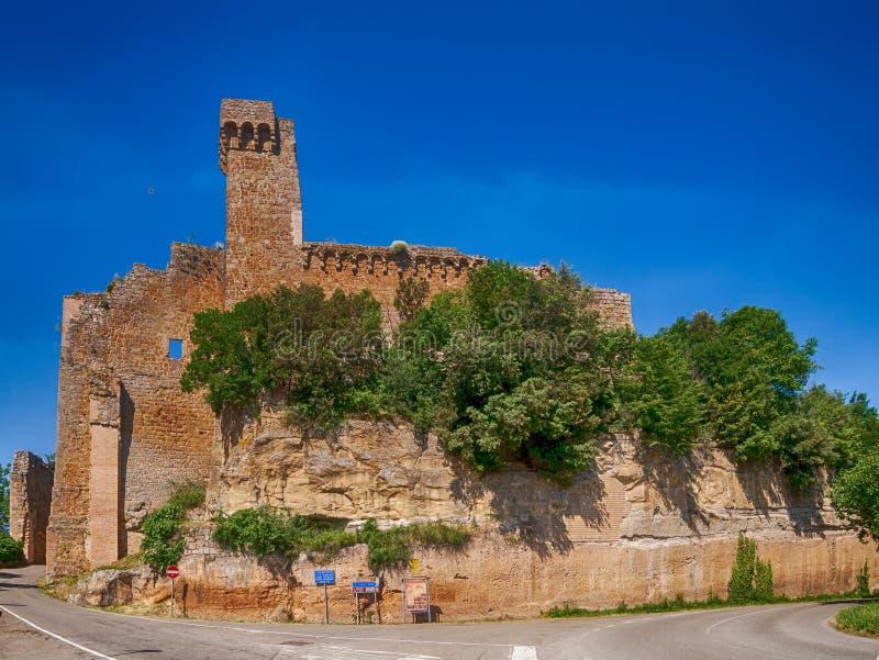 Rocca Aldobrandeschi - oud fort, vestingwerkruïnes in Sovana, Toscanië, Italië Mening van de straat royalty-vrije stock foto
