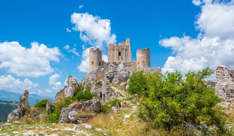 Rocca Calascio, bergstoppfästning eller rocca i landskapet av L'Aquila i Abruzzo, Italien royaltyfri bild