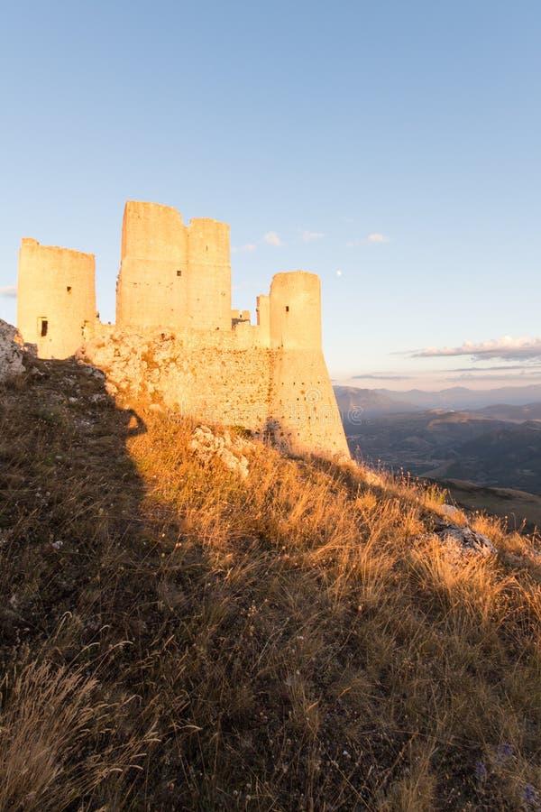 Rocca Calascio, Dame Hawk Fortress, in Abruzzo, L'Aquila, Italien lizenzfreie stockfotografie