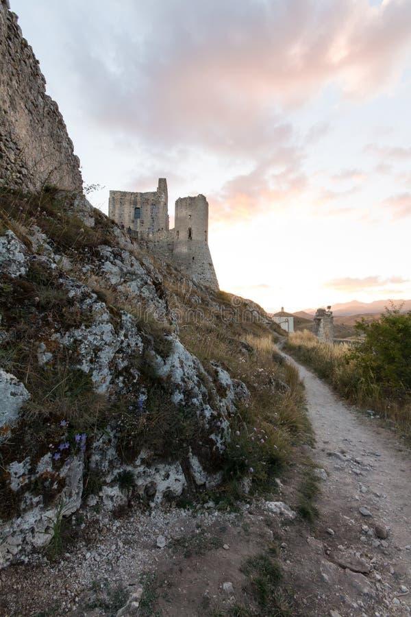 Rocca Calascio, senhora Hawk Fortress, em Abruzzo, L'Aquila, Itália fotografia de stock