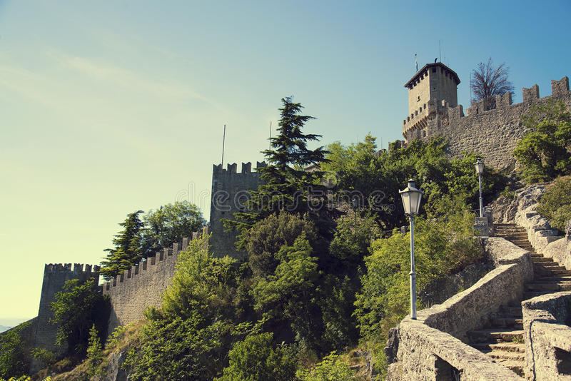 Rocca della Guaita, slott i den sanmarinska republiken, Italien arkivfoton