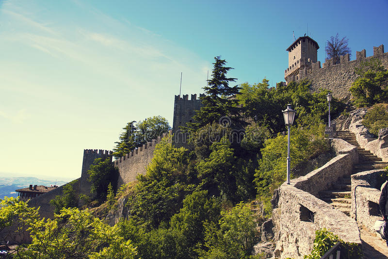 Rocca della Guaita, slott i den sanmarinska republiken, Italien royaltyfri foto