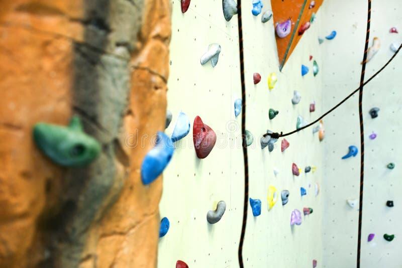 Rocce artificiali di arrampicata dell'interno della parete fotografia stock libera da diritti