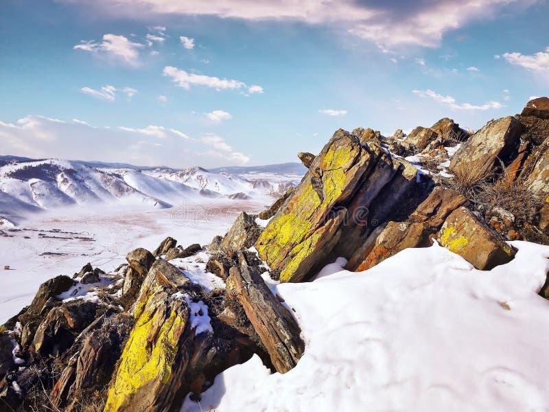 Rocce bianche e marroni sulla montagna della neve immagini stock libere da diritti